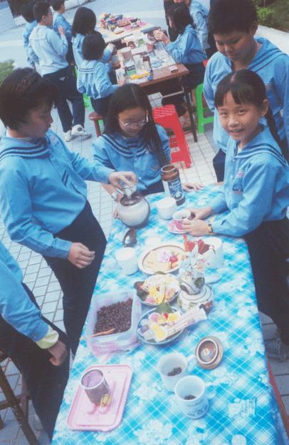 在中庭舉辦的學生茶會